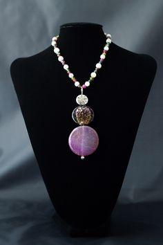 Collar de bolas de nácar y ágatas facetadas. Colgante de plata, cristal de Murano y ágata. Cierre de plata.