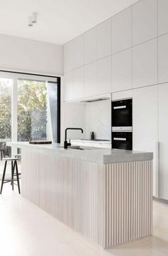 Modern Kitchen Interior Remodeling Minimalist Modern Kitchen Design Ideas and Inspiration. The fluted wood makes a statement and focal point in this kitchen remodel. Best Kitchen Designs, Modern Kitchen Design, Interior Design Kitchen, Contemporary Kitchen Renovation, Kitchen Lighting Design, Modern Kitchen Island, Modern Design, Interior Decorating, Classic Kitchen