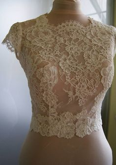 Wedding bolero-top-jacket of lace sleeve short front of a
