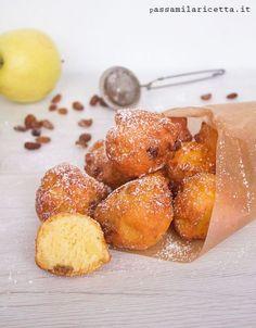 Ricetta delle Castagnole alle Mele, dolce di Carnevale sofficissimo con un impasto a base di ricotta. Arrichite con uvetta e pinoli diventano irresistibili!