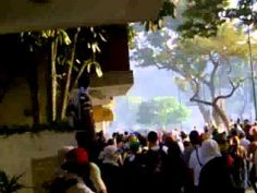 Estudiantes y sociedad civil escapando de ataque de GB con bombas lacrim...