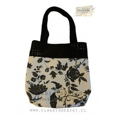 Cartera de hombro con doble manilla de tela. Confeccionada a mano con gabardina lisa en color negro y lona con motivos florales en...