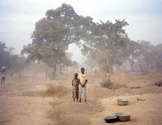 Crianças posam para foto na entrada de uma mina de ouro em Gana. O registro foi feito pela fotógrafa Laura Pannack, do Reino Unido