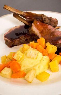 """""""Kathrines Rogalammecarrè med rotgrønnsaker, potetkrem og rødvinssaus fra himmelen.""""-oppskriften fra TVNorge mat-appen anbefales!  http://welldoneadmin.com/app//?parentId=2028467&customerId=2028468&recipeId=2064113"""