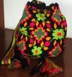 hermoso!!! Tapestry Crochet Patterns, Gypsy Bag, Tapestry Bag, Wholesale Bags, New Wardrobe, Handmade Bags, Ikat, Purses And Bags, Knit Crochet