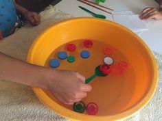 Con la pesca de tapones los niños trabajan la coordinación ojo-mano y la psicomotricidad fina, al tiempo que se divierten, crean e imaginan.
