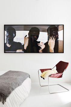 En el dormitorio, fotografía Garitondo. The absorber and the observer are similar (2000) de Jon Mikel Euba, en Galería Moisés Pérez de Albéniz, manta de Zara Home y butaca Paulistano, en Naharro.