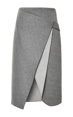 Kleidung in Grau / Silber wirkt immer professionell, konservativ und solide, egal in welcher Farbintensität oder Nuance. Grau ist daher eine ideale Business- farbe. Man wirkt abwartend, neutral, kühl und repräsentativ. Kerstin Tomancok / Farb-, Typ-, Stil & Imageberatung