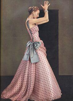 polka dot gown by Madame Gres, Spring 1953 Moda Retro, Moda Vintage, Vintage Mode, Vintage Style, Fashion Moda, 1950s Fashion, Vintage Fashion, Pink Fashion, Dress Fashion