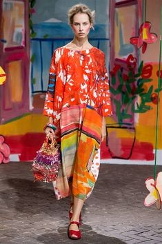 Sfilata Daniela Gregis - Primavera-Estate 2017 - Milano ♦๏~✿✿✿~☼๏♥๏花✨✿写☆☀🌸🌿🎄🎄🎄❁~⊱✿ღ~❥༺♡༻🌺<TU Mar ♥⛩⚘☮️ ❋ 70s Fashion, Colorful Fashion, Look Fashion, Timeless Fashion, Fashion Art, Womens Fashion, Look Street Style, Italian Fashion Designers, Cool Style
