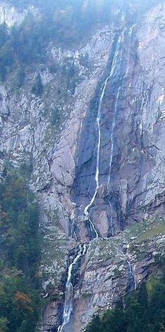 """Am Königssee im Berchtesgadener Land stürzt sich der Röthbachfall 470 Meter in die Tiefe. In zwei Hauptstufen geht es beinahe senkrecht abwärts. Wanderer können den Wasserfall am bequemsten von der Bootshaltestelle Salet aus, vorbei an der Fischunkelalm, in einem gut einstündigen Fußmarsch erreichen. Ganze zwölf Meter mehr auf dem Weg nach unten legt das Wasser des """"Talnikowy-Wasserfalls"""" in Russland zurück."""