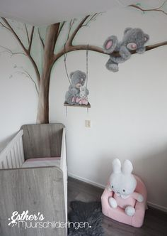 Muurschildering Me to You beer en nijntje op schommel. Leuk voor op de babykamer. Disney Baby Rooms, Baby Boy Rooms, Baby Room Decor, Nursery Room, Bedroom Decor, Real Baby Dolls, Kids Room Murals, Diy Bebe, Hand Painted Walls