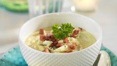 Krämig blomkålssoppa med ädelost och bacontärningar