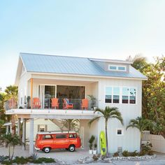 This restored Florida beach shack is a sure cure for your winter blues. Small Beach Houses, Dream Beach Houses, Tiny Beach House, Venice Beach House, Deco Surf, Surf House, Hawaii Homes, Beach Cottage Decor, Beach Cottage Style