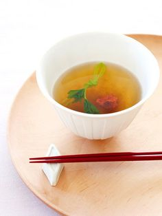 【ELLE a table】とろろと梅のすまし汁レシピ|昆布だし(※下記参照)2 カップ とろろ昆布適量 梅干し適量 三つ葉適量 塩少々 うすくち醤油大さじ 1/2 杯