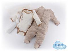 Maletin de regalo para recién nacidos y bebés con un pijama y un body de invierno de algodón orgánico,manta  y un sonajero. http://www.pequesybebes.es/regalos/132-maletin-de-regalo-bebe-algodon-organico.html