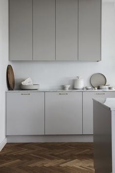 Sundlingkicken minimalistic Nordic Kitchen Design for Nordiska Kök - - Ideas for a Nordic Kitchen Design by Sundlingkicken for Nordiska Kök. Design by the swedish stylist duo Elin Kicken and Evalotta Sundling (known as Sundling Kickén). Home Decor Kitchen, Grey Kitchens, Interior, Nordic Kitchen, Grey Cabinets, Modern Kitchen Design, Minimalist Kitchen, Kitchen Style, Kitchen Renovation
