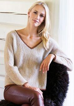 """Gratis strikkeopskrifter: Den helt enkle sweater med dyb og bred v-udskæring er let som et fnug – og så er den kantet med en smal stribe kobber"""", der gør den festklar"""