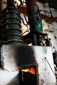 #ronaldea #lapalma #islacanarias #ron #rum #canaryislands Proceso de elaboración de Ron Aldea 2013. Fermentación. Detalle de la caldera del alambique, alimentada con leña. Fue Don Manuel Quevedo Alemán quien introdujo a la industria del ron canario un nuevo método de fabricación de aguardiente:  La Destilación Directa del jugo de caña.