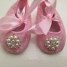 He encontrado este interesante anuncio de Etsy en https://www.etsy.com/es/listing/188647726/zapatos-de-encaje-de-color-rosa-bebe