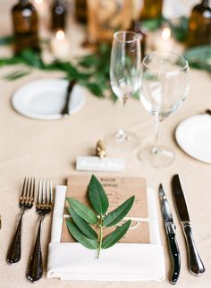 kraft + leaves for an organic place setting - photo by Laura Murray - http://ruffledblog.com/devils-thumb-ranch-wedding/