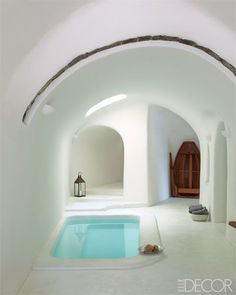 This amazing Santorini home belongs to hotelier Costis Psychas. The facade of this home was from a 1860 house, a former warehouse for a pum. Tiny Homes, New Homes, Sunken Bathtub, Jacuzzi, Piscina Interior, Tadelakt, Earth Homes, Earthship, Design Case