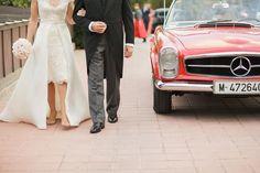Una boda en Mas de Canicattí. María escogió un vestido corto con pedrería y una sobrefalda abierta, luciendo una sencillas pero preciosas sandalias Jimmy Choo y Alberto llevó un elegante chaqué azul.