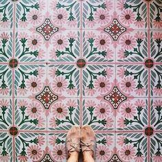 carrelage coloré pour la salle de bains avec la conception vintage