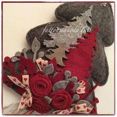 Albero imbottito in lana cotta grigia decorato con rametti di feltro rossi e grigi , rose di lino rosso, nastri , due alberelli di feltro rosso e grigio e uno di legno, fiocco di lana, charm fiocco...