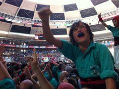 Imatge d'un dels membres de la canalla dels Castellers de Vilafranca celebrant la victòria.