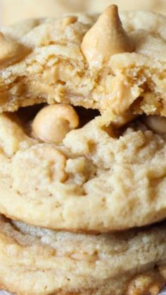 These are The Perfect Soft Peanut Butter Cookie! No old fashioned criss-cross necessary, these peanut butter cookies melt in your mouth! Peanut Butter Cookie Recipe Soft, Healthy Peanut Butter Cookies, Best Peanut Butter, Peanut Butter Chips, Peanut Butter Recipes, Köstliche Desserts, Delicious Desserts, Dessert Recipes, Breakfast Recipes