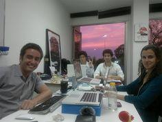 """""""Nossos co-fundadores, Alessandra Orofino e Miguel Lago, sonham com o Meu Rio desde 2008. A fundação da Rede, no entanto, aconteceu mesmo em 2011, quando a primeira equipe de profissionais que desenvolve e mantém as plataformas e aplicativos do Meu Rio começou a trabalhar em uma pequena sala da Glória. Essa é uma foto da gente nos primeiros dias de nossas vidas Meu Rianas."""""""