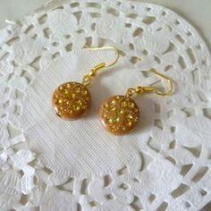 Boucles d'oreille fantaisie perle ronde marron et points dorés@laboutiquedenath
