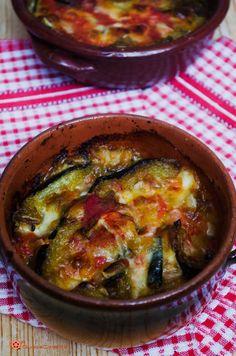 La parmigiana di zucchine al tegamino è un piatto unico saporito, preparato con zucchine fritte, passata di pomodoro e scamorza