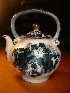 EXQUISITE RUSSIAN PORCELAIN DULEVO FACTORY BLUE AND WHITE FLORAL PATTERN TEAPOT! Tea Kettles, Chinese Tea, Hot Pot, Chocolate Pots, Cutlery, Tea Time, Dinnerware, Tea Party, Art Decor