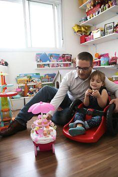 O empresário Mario Fernandez larga o emprego para desenvolver um modelo de cadeira de roda para que sua filha de 3 anos, pudesse explorar a infancia igual a outras crianças.