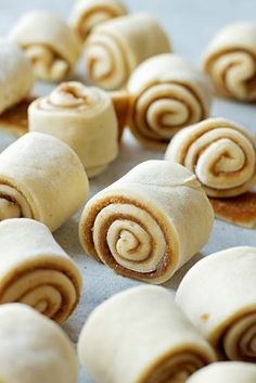Mini Cinnamon Rolls with Cream Cheese Frosting - Life Made Simple These mini cinnamon rolls with cream cheese frosting are perfect for brunch or special occasions! They're gooey bite-size pieces of perfection! Mini Desserts, Bite Size Desserts, Dessert Recipes, Brunch Recipes, Delicious Desserts, Bite Size Food, Brunch Foods, Small Desserts, Party Desserts