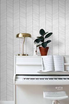 Dit sfeervolle behang met visgraat motief in zwart wit past perfect bij een Scandinavische woonstijl. Met zachte kleuren, natuurlijke materialen en vintage meubels & accessoires haal je die typische Scandinavische look in huis. Een Scandinavisch interieur oogt licht en rustgevend, maar is tegelijkertijd ook warm en gezellig. Het is daarom niet gek dat de Scandinavische stijl wereldwijd zo ontzettend populair is. #behang #wallpaper #piano #woonkamer