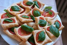 Tomaten-Blätterteigquadrate mit Knoblauchtopping Tomatoes