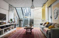 Se sua casa tiver tubulações aparentes, destaque-as com uma cor vibrante. É fácil e moderno. Afinal, não vale a pena encarar uma obra para e...