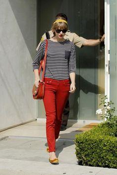 Look com calça vermelha