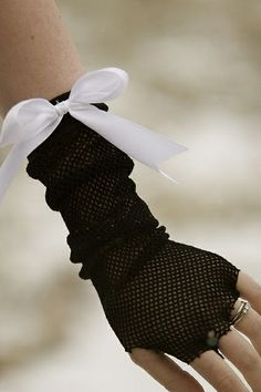 No-Sew Fingerless Gloves.I actually already thought of doing this! I don't like the big bow though!>>>>>>>> I knew there was a way to do this without sewing! Diy Lace Gloves, Hand Gloves, Lace Socks, 80s Costume, Diy Costumes, Costume Ideas, 80s Fashion Party, Diy Fashion, Diy Clothing