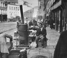 A man with a coffee roaster on the sidewalk of Calle Toledo, Madrid. Old Pictures, Old Photos, Vintage Photos, Best Hotels In Madrid, Barcelona, Madrid Travel, Foto Madrid, Medieval Castle, Capital City