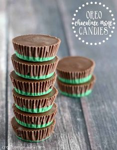Oreo Chocolate Mint Candies - these melt in your mouth candies are so easy to make and so yummy. A perfect Christmas candy recipe! Mint Chocolate Candy, Mint Candy, Chocolate Cups, Chocolate Lovers, Melting Chocolate, Green Candy, Christmas Deserts, Christmas Baking, Christmas Candy