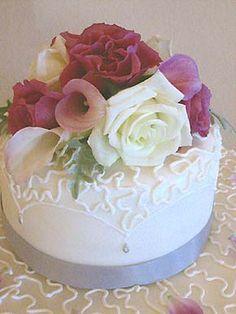 elegant flowers small wedding cake
