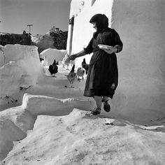 Myconos 1950. Voula Papaioanou. Old Time Photos, Old Pictures, Benaki Museum, Myconos, Greek History, Great Photographers, Greek Islands, Athens, Vintage Photos