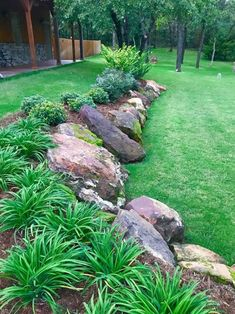 Source The Best Rock Garden Landscaping Ideas To Make A Beautiful Front Yard Beautiful front yard rock garden landscaping idea. Source The Best Rock Garden Landscaping Ideas To Make A Beautiful Front Yard Landscaping With Rocks, Front Yard Landscaping, Mulch Landscaping, Natural Landscaping, Landscaping Software, Steep Hillside Landscaping, Courtyard Landscaping, Retaining Wall Landscaping, Corner Landscaping Ideas