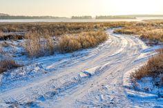 Сейчас самое время ехать на природу на автомобиле. Проедешь хоть куда. Земля, лужи, грязь замёрзли, а снега еще нет. Смело езжай хоть в лес, хоть на озеро, а хоть поперёк поля.