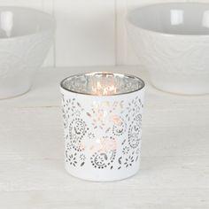 Vacker ljushållare med vitt mönster på utsidan och silverfärgad på insidan. Candle Holders, Candles, Porta Velas, Candy, Candle Sticks, Candle Stand, Candle