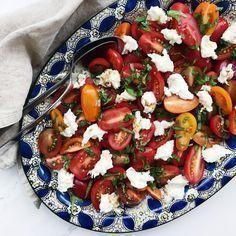 Tomatsalat smager helt fantastisk. Denne opskrift på hjemmelavet tomatsalat er med solmodne tomater, mozzarella ost og basilikum.